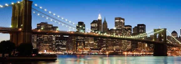 New York skyline behind the Brooklyn Bridge